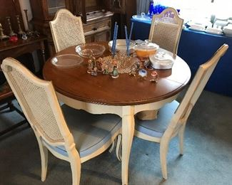 Dining room table w/4 chairs, pads & 3 leaves