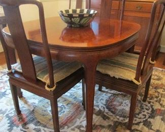 Henredon  maghogany table and 8 chairs; 2 leaves