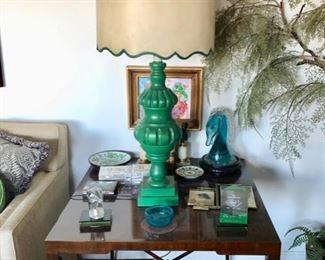 Pair vintage end tables, lamps & decor