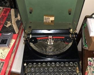 LIKE NEW ANTIQUE REMINGTON TYPEWRITER WITH CARRYING CASE