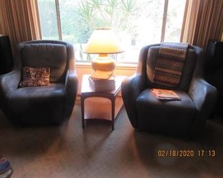 Pair of chairs w/mid century table & brass lamp
