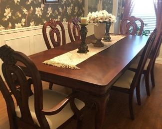 New Dining Table & Chairs.  Comes with 2 leaves and 6 Chairs