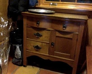Antique oak wash stand with replaced oak top, Knapp peg and scallop joints, new handles.