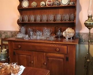 Beautiful, vintage and hard to find, Cushman Colonial Creations, Bennington, VT. Ruddy maple dining group includes open hutch, table with built-in leaves and 6 chairs (1 captain).