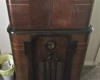 GORGEOUS ANTIQUE RADIO WITH BAR ON TOP AND WE HAVE THE GLASSES