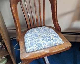 $30  Curved back desk chair