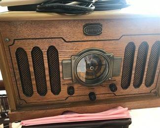 Museum Thomas Series turntable and radio