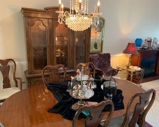 Drexel hutch & Thomasville dining table, leaf, pads, 2 arm & 4 side chairs