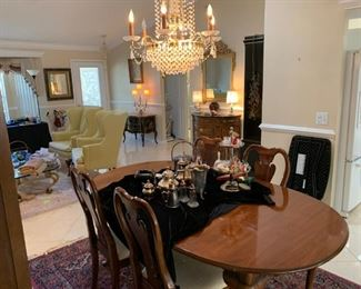 Thomasville dining table, leaf, pad, 2 side & 4 arm chairs
