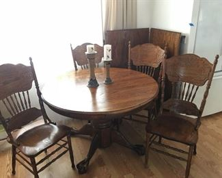 Oak Table w/4 Chairs & 2 Leaves