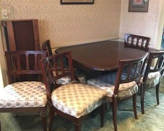 Beautiful Mahagony Dining table w/6-chairs-leafs-table pads