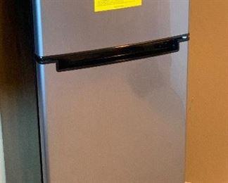 Magic Chef 4.5 cuft 2 Door Mini Fridge HMDR450SE44x19x19inHxWxD