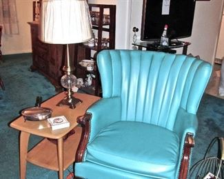 LEATHER UPHOLSTERED OCCASIONAL CHAIR HEYWOOD WAKEFIELD SIDE TABLE, 1 OF PAIR OF MATCHING LAMPS