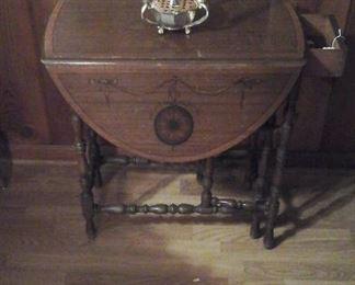 Gate leg drop leaf table