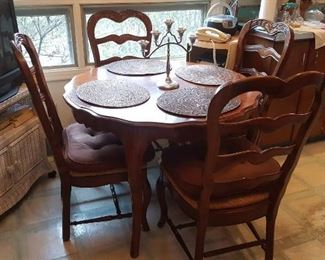 Super nice eat in Kitchen Table with 4 chairs