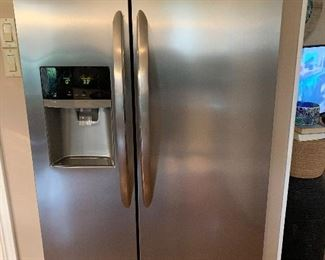 FrigidAire Side by Side Refrigerator in excellent shape.