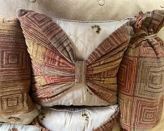 Part of a pretty coverlet set, excellent condition