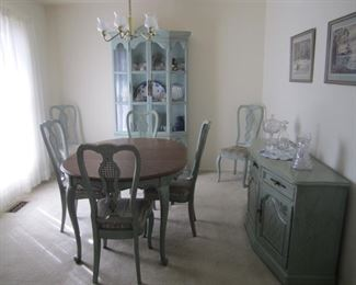 DINING ROOM SET BY HICKORY FURNITURE, TABLE WITH 2 LEAVES AND 6 CHAIRS