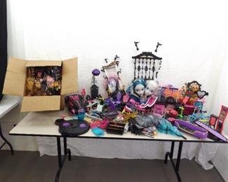 MASSIVE Lot of Monster High Dolls, Accessories, etc.