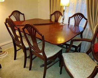 Dining room table w\leaf and 7 chairs