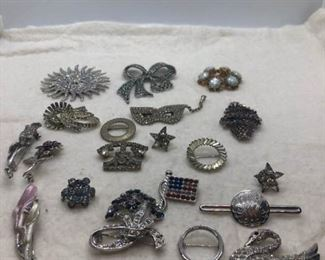 Lot of brooches and pinshttps://ctbids.com/#!/description/share/343777