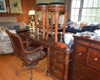 Executive office desk & chair $825