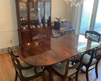 Dining room set with 2 leafs and 6 chairs