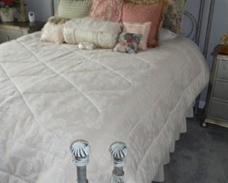 Gorgeous queen bed w/burnished iron head & foot board