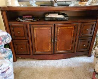 FLATSCREEN TV CONSOLE TABLE