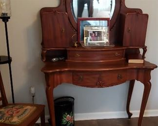 Vanity w/oval mirror, Queen Anne legs  $295