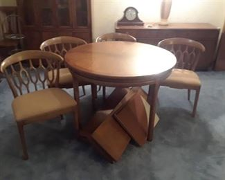 ROUND WOOD DINING TABLE WITH 4 CHAIRS 2 LEAVES AND TABLETOP COVER