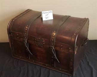"""$20 - Decor trunk 19.5"""" x 13"""" x 15"""""""