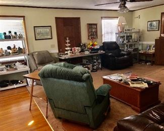 Full living room, 3 recliners plus more!