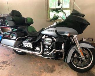 2019 Harley Davidson Road Glide Ultra! 10,000 Miles. ASKING PRICE IS $21,500.