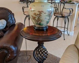 Thomasville End table with wrought iron Middel $ 125