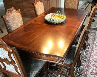 Beautiful Dining room table with 2 leaves and 8 matching chairs
