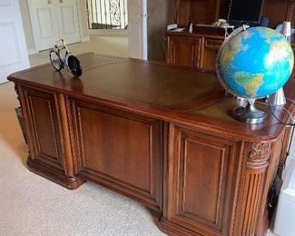 "HOOKER FURNITURE LARGE WOODEN EXECUTIVE DESK 72""L x 36""W x 30.5""H  $500"