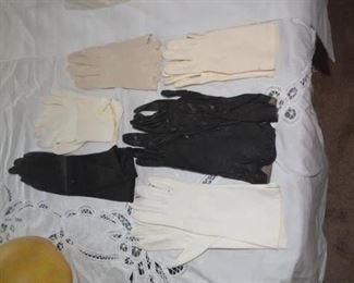SELECTION OF WOMEN'S VINTAGE GLOVES