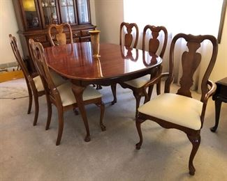 American Drew dining room table with 4 side chairs, 2 captains chairs and 2 leafs! $250  Pricing is firm - no discount.