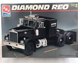 AMT ERTL Diamond Reo Truck 125 Model Kit