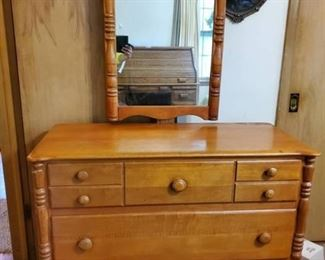 Virginia House Dresser with Mirror