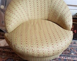 Lot 127   Contemporary Barrel Chair by Haverty's- Like New    $150