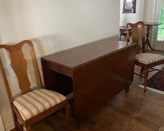 Beautiful antique mahogany  drop leave table and 6 chairs