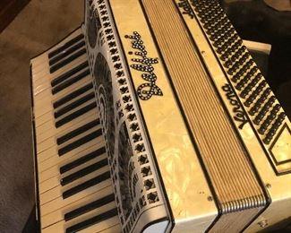 yup pearl trim accordian