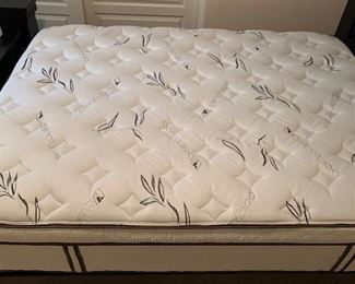 Ashley Furniture Cavallino Black wood Queen Bed	73x65x93in mattress height: 34in	HxWxD	AH164