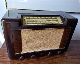 ANTIQUE TUBE RADIO