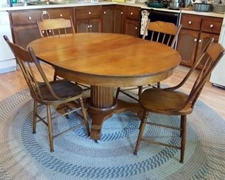 Oak pedestal table with 2 leaves & 4 chairs