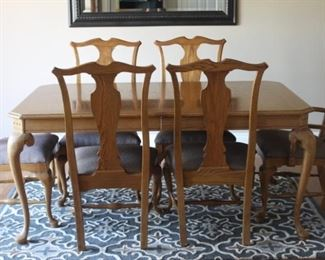 Beautiful Thomasville Dining room table with 6/chairs and 2 leaves     L-66   D-42   H-30   LEAVES 2-20 INCHES