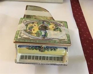 Vintage ceramic, hand-painted piano with 4 matching ashtrays.  Gold accents