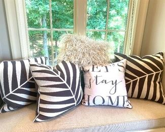 There are many decorative pillows